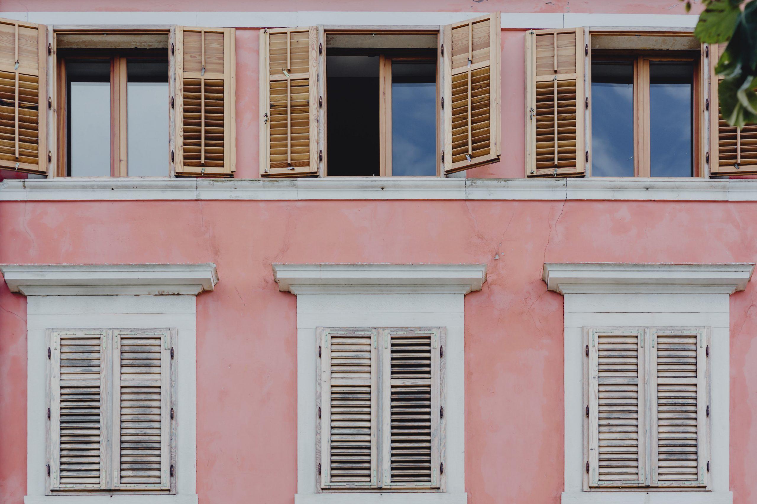 finestre classiche in legno in condominio rosa