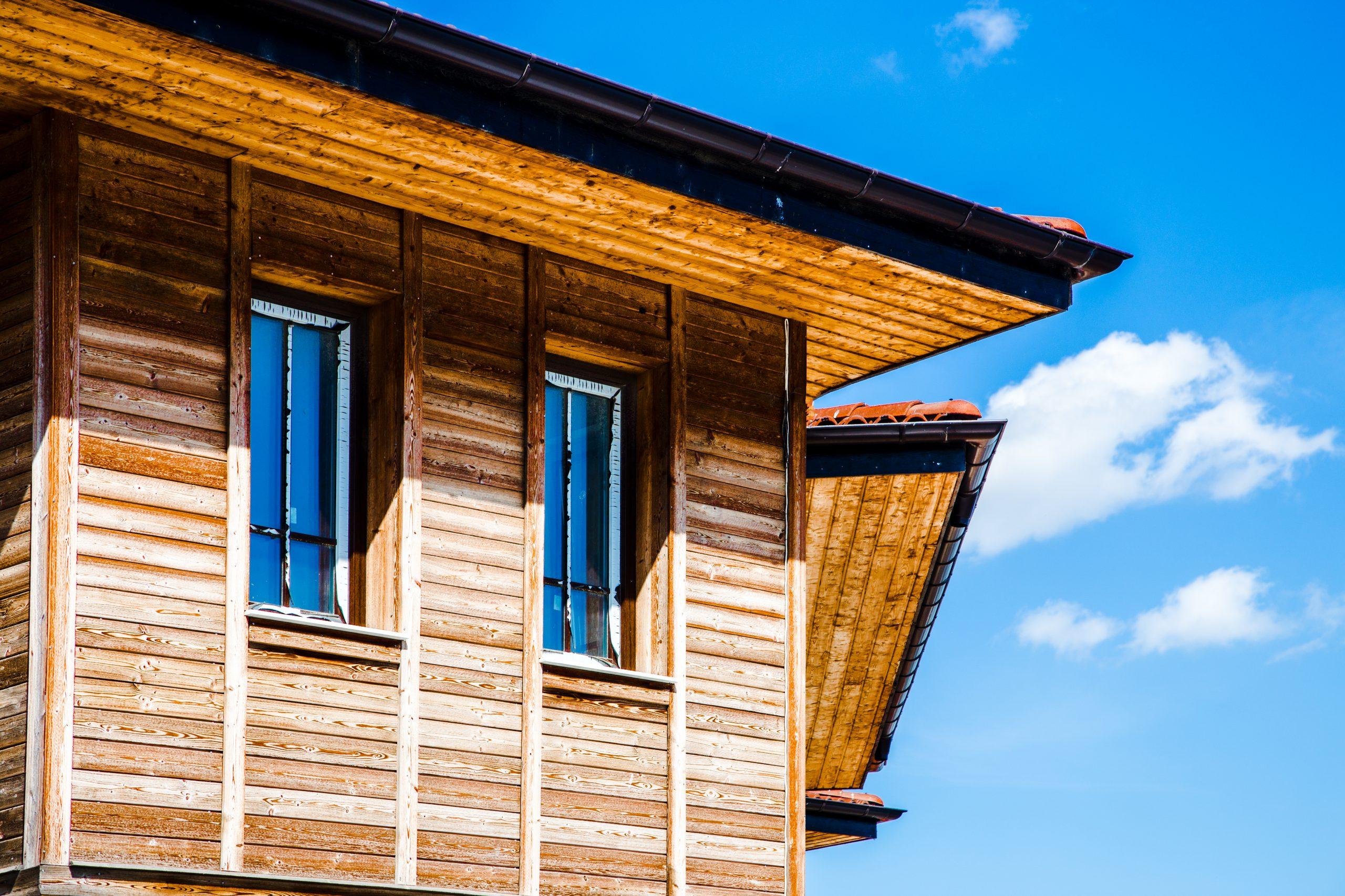 struttura con finestre classiche in legno