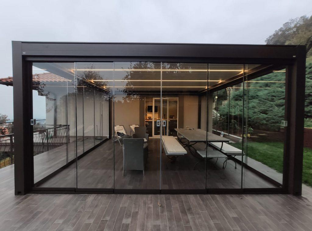 pergola bioclimatica con vetrate