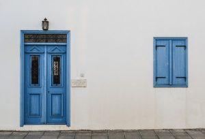 finestra e porta di colore azzurro