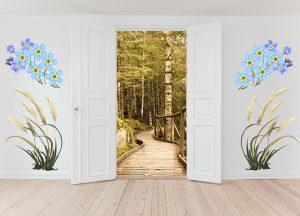 porta d'ingresso bianca e decorazioni su muro