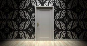 porta interna bianca con muro decorato