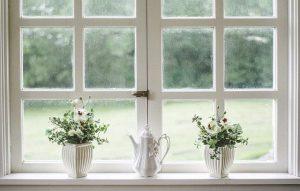 infissi bianchi con grandi vetri
